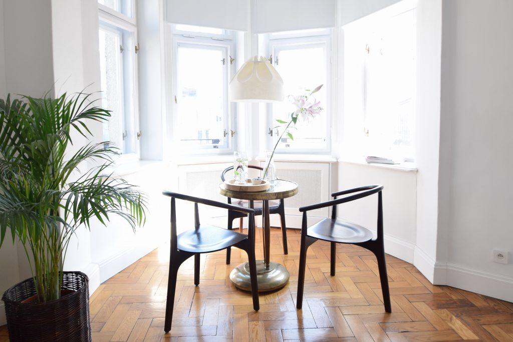 autor-rooms-warschau-interieur-hotel-tafel