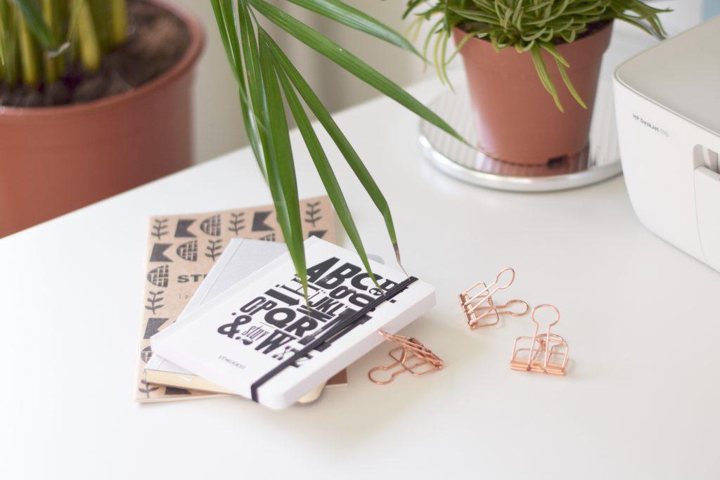 werkplek-bureau-notitieboekjes